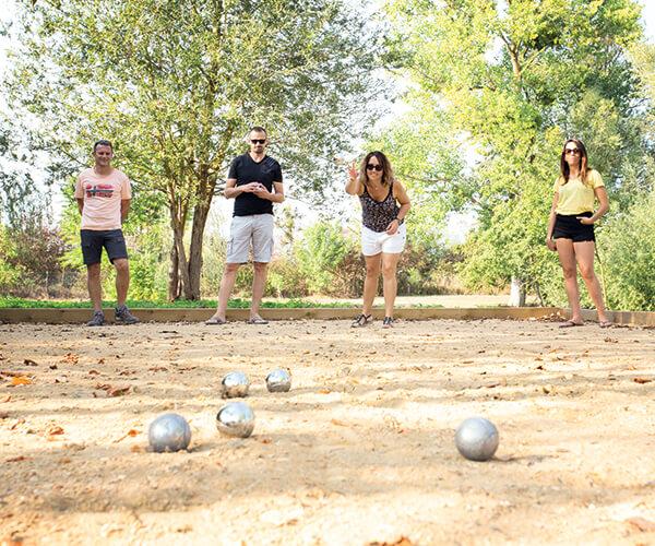 famille-Jeux-equipe-petanque-loisirs-exterieur_etangsdelabassee