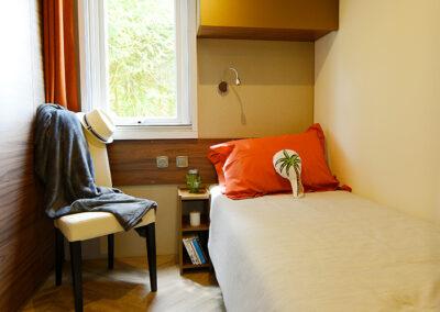Le Chalet chambre deux lits simples etangsdelabassee light 1 1