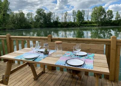 Lodge-exterieur-terrasse-equipee-etang-repas-etangsdelabassee