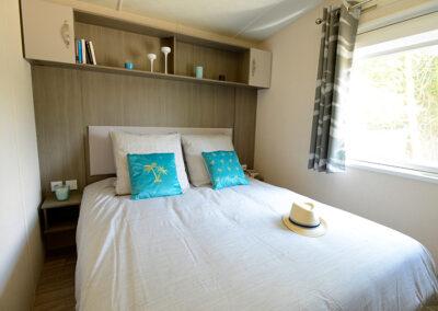 Lodge-interieur-chambre-lit-double-etangsdelabassee