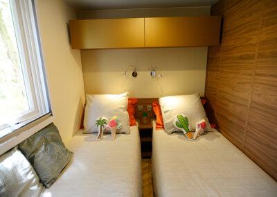 Le Chalet chambre deux lits simples etangsdelabassee light 2 2
