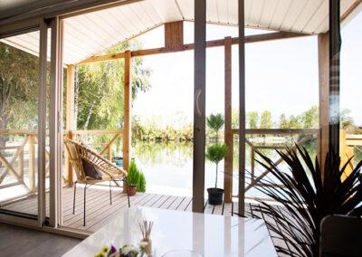 Lodge-chalet-interieur-vue-terrasse-etangsdelabassee