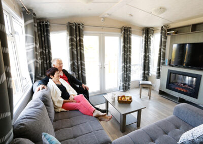 Lodge-interieur-salon-couple-cheminee-etangsdelabassee
