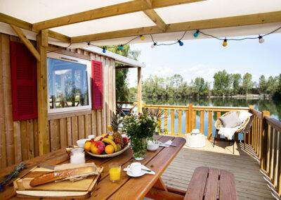 Lodge-chalet-exterieur-terrasse-petit-dejeuner-etangsdelabassee