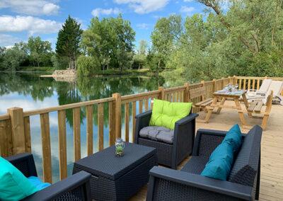 Lodge-exterieur-terrasse-equipee-etang-salon-ete-etangsdelabassee
